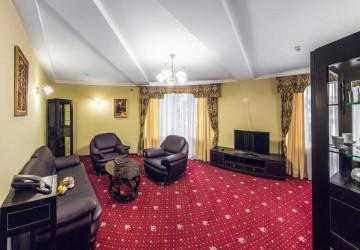 Двухкомнатный номер с 1 двуспальной кроватью, 1 диваном и 3 балконами (Люкс-студио)