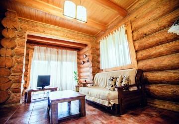 Шаян котедж зі зрубу в горах. Деревяний будинок для родини відпочинок Карпати.