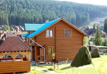 Двухэтажный деревянный коттедж по номерам или для одной компании. Коттедж в небольшом комплексе.